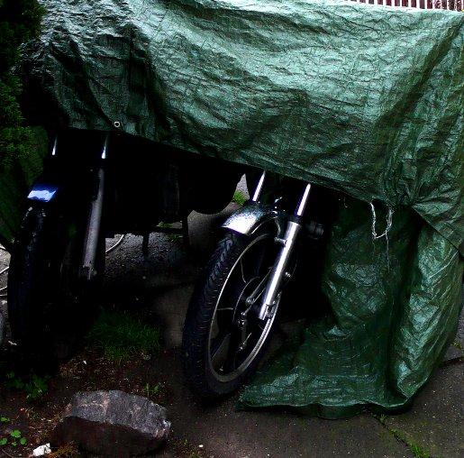 Motorräder im Regen